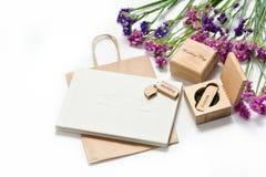 Schönes weißes Hochzeit photobook und Usb-Blitz fahren in handgemachte Holzkiste Ist hier ein Foto von 4 Strahlenkämpfern in der  Lizenzfreie Stockbilder