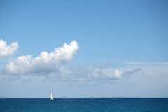 Schönes weißes Segelboot in Küstennähe Lizenzfreies Stockfoto