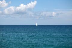 Schönes weißes Segelboot in Küstennähe Stockfoto