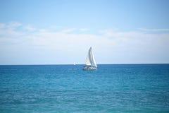Schönes weißes Segelboot in Küstennähe Stockbild