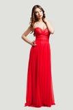 Schönes weibliches Art und Weisebaumuster im roten Kleid Lizenzfreie Stockfotografie