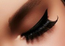 Schönes weibliches Auge mit den extremen langen Wimpern, schwarzes Zwischenlagenmake-up Perfektes Make-up, lange Peitschen Nahauf Lizenzfreies Stockbild