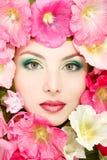 Schönes weibliches Gesicht mit rosa, roter und weißer Malve blüht Franc Lizenzfreies Stockbild