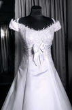Detail eines Hochzeitskleides auf einem Mannequin Stockbild