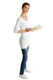 Schönes weibliches jugendlich mit einem Buch. Lizenzfreies Stockbild