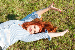 Schönes weibliches Lügen auf dem Feld Stockfoto