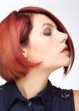 Schönes weibliches Mode-Modell mit dem roten Haar Stockbild
