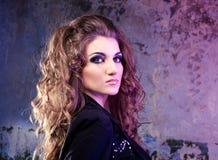 Porträt eines schönen weiblichen Modells auf dunklem Hintergrund lizenzfreie stockfotografie