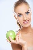 Schönes weibliches Modell, das einen Apfel hält Lizenzfreie Stockfotografie