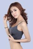 Schönes weibliches Modell, das graues Trägershirt trägt lizenzfreie stockfotografie