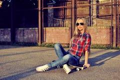 Schönes weibliches Modell der modernen Frau in stilvollem Kleidung outd Stockfotos