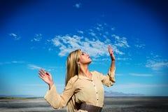 Schönes weibliches Modell gegen blauen Himmel Lizenzfreie Stockbilder