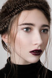 Schönes weibliches Modell mit den Kirschlippen Lizenzfreie Stockbilder