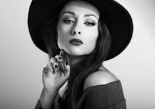 Schönes weibliches Modell mit hellem Make-up und roter Lippenstift in Querstation Lizenzfreie Stockfotos