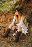 Schönes weibliches Porträt gekleidet in dreamcatcher Armbändern und im schwarzen ledernen Hut, indie Art stockfotografie