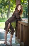 Schönes weibliches Porträt mit dem langen braunen Haar im Freien Stockfotos