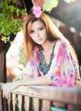 Schönes weibliches Porträt mit dem langen roten Haar im Freien Echte natürliche Rothaarige mit heller farbiger Bluse im Park Port Stockfotografie
