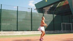 Schönes weibliches Tennisspielerdienen im Freien stock video