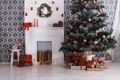 Schönes Weihnachten verzierte Baum im modernen Innenraum, Feiertagskonzept Lizenzfreies Stockbild