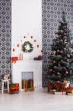 Schönes Weihnachten verzierte Baum im modernen Innenraum, Feiertagskonzept Lizenzfreie Stockbilder