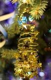 Schönes Weihnachtsbild mit Weihnachtsbaumgold spielt Girlande die Hauptrolle Stockfotos