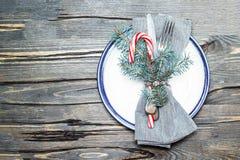 Schönes Weihnachtsgedeck mit Dekorationsnahaufnahme Stockbild