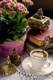 Schönes Weinlesestillleben mit Blumen, Büchern, einer Schale und Glocke Lizenzfreies Stockfoto