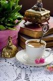 Schönes Weinlesestillleben mit Blumen, Büchern, einer Schale und Glocke Stockfotos