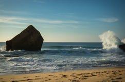 schönes Wellenwasserspritzen hinter Blockhaus auf szenischem schönem Meerblick des sandigen Strandes mit dem Spritzen bewegt well Lizenzfreies Stockbild