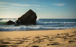 schönes Wellenwasserspritzen hinter Blockhaus auf szenischem schönem Meerblick des sandigen Strandes mit dem Spritzen bewegt well Stockbilder