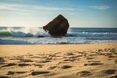 schönes Wellenwasserspritzen hinter Blockhaus auf szenischem schönem Meerblick des sandigen Strandes mit dem Spritzen bewegt well Lizenzfreie Stockfotos