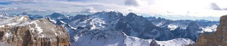 Schönes Wintergebirgslandschaftspanorama Stockfoto