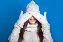 Schönes Winterporträt der jungen Frau in der schneebedeckten Landschaft des Winters Schneiendes Winterschönheitskonzept Mädchen s Stockbild