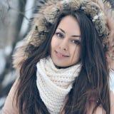 Schönes Winterporträt der jungen Frau im Winter schneebedeckten sce Stockfotos