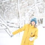 Schönes Winterporträt eines Jugendlichen im gelben Parka stockfoto