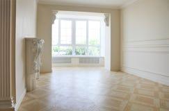 Schönes Wohnzimmer in den weißen Tönen mit Kamin Stockbild