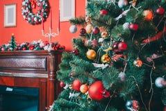Schönes Wohnzimmer des neuen Jahres mit verziertem Weihnachtsbaum Stockfoto