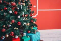 Schönes Wohnzimmer des neuen Jahres mit verziertem Weihnachtsbaum Stockfotos