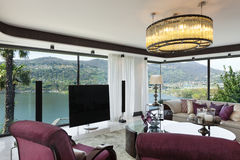 Schönes Wohnzimmer einer Luxuswohnung Stockbild