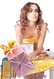 Schönes womanl mit hellem Verfassungs- und Geschenkkasten Lizenzfreie Stockfotografie