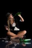 Schönes womanl mit Karten und leerer Flasche Lizenzfreies Stockfoto
