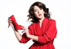 Schönes Mädchen in einem roten Kleid Stockfotos