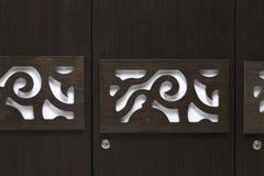 Schönes zeitgenössisches modernes schauendes Design auf einer Garderobentür gemacht vom dunklen braunfarbigen Sperrholz Lizenzfreies Stockfoto