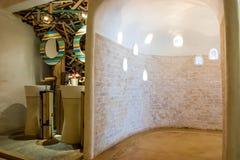 Schönes Ziegelsteinbadezimmer mit weißem Gips und Badezimmer beleuchten stockbilder