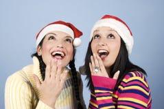 Schönheit überraschte zwei Frauen, die oben schauen Stockfotografie