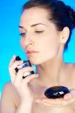 Schönheit auf Blau lizenzfreie stockbilder