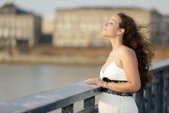 Schönheit auf der Brücke Stockbild