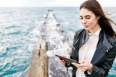 Schönheit auf einem Pier mit der Tablette Lizenzfreies Stockfoto