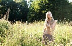 Schönheit auf Feld mit Kleidung weg Lizenzfreies Stockbild