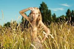 Schönheit auf Feld mit Kleidung weg Lizenzfreie Stockfotografie